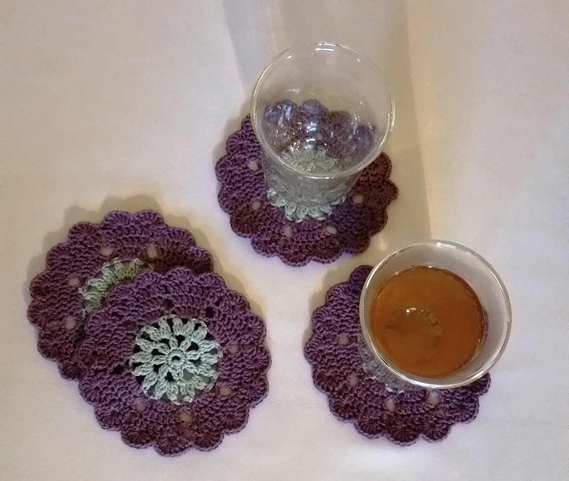 små bordskåner med te glas