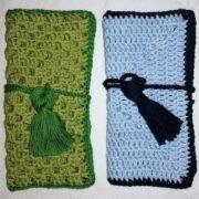 grønt og blåt mobil etui billed af et grønt og et blåt mobil etui