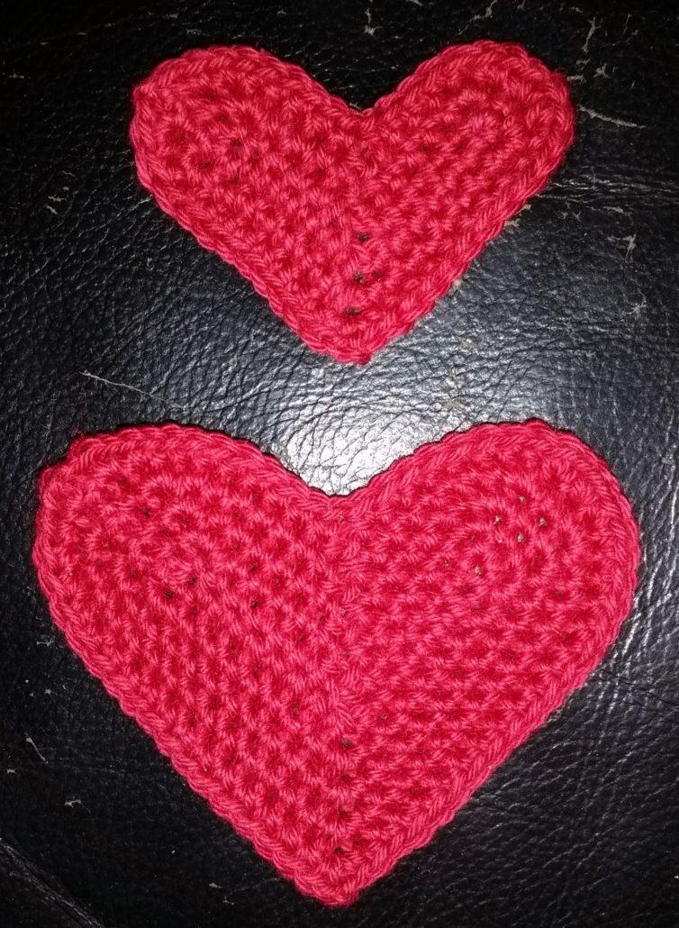 to hjerter billed af to hæklet hjerter