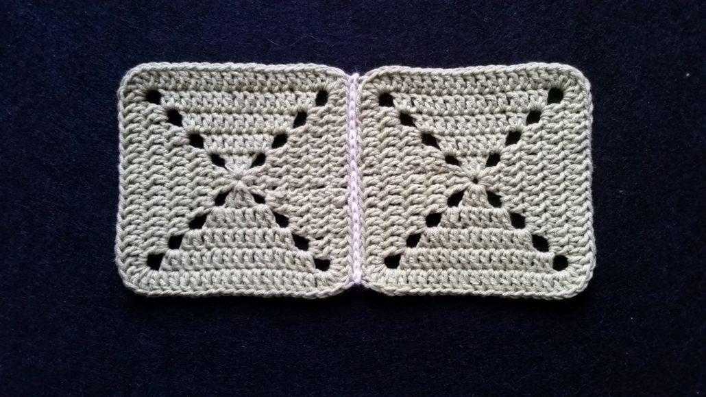 to firkanter billed af to firkanter der er hæklet sammen med en kædemaske