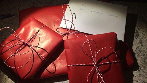 4 billed af 3 røde julegaver med en konvelut