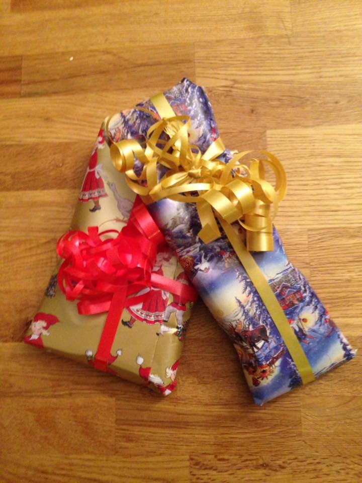 5 billed af 2 julegaver der lægger lidt ind over hinanden