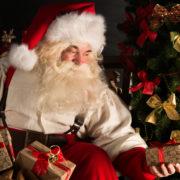 Den hemmelige julemand billed med en julemand der kigger på en julegave han holder i sin hånd