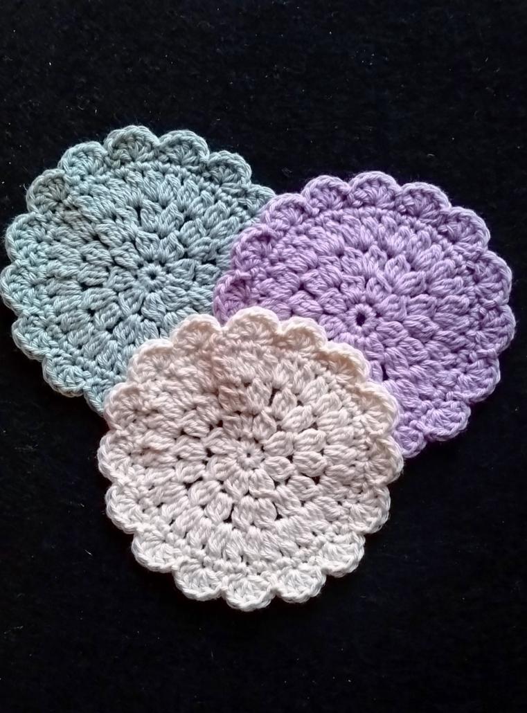 Makeup runddeller billed af tre makeup runddeller der er hæklet dobbelt sammen med en blomsterbladskant