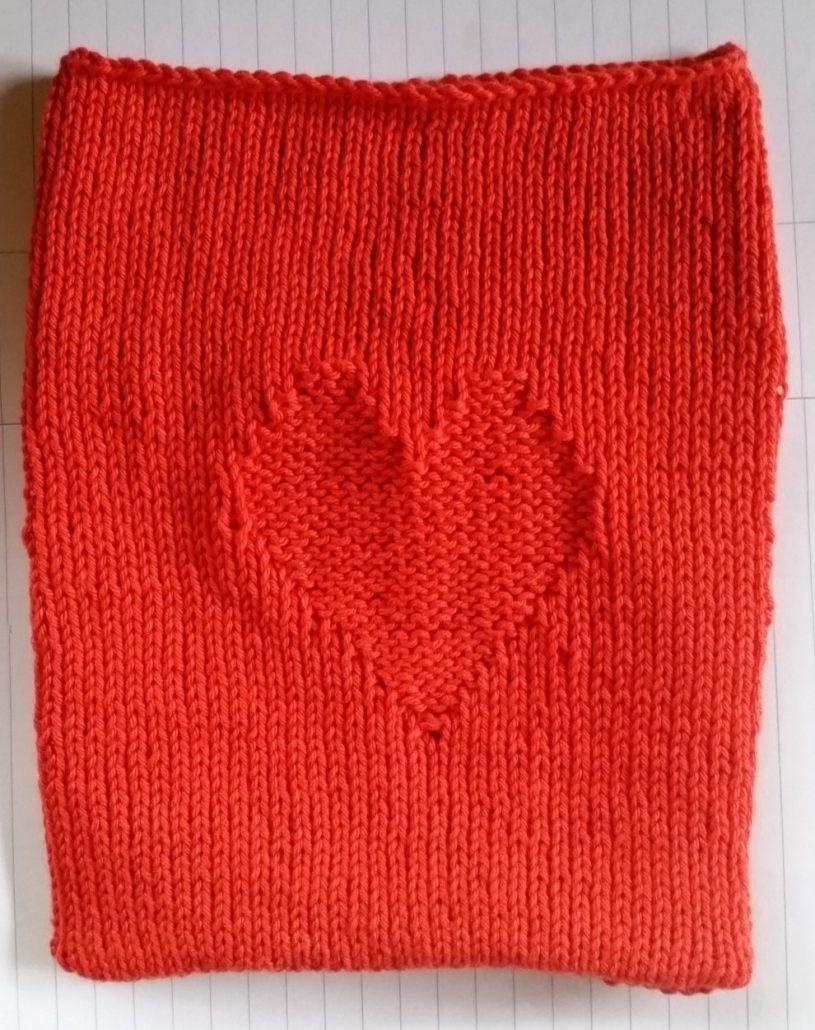 billed af færdig strikket hjertepose inden bindebånd er sat i