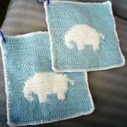 Billed af Stina Hansens design af strikket Elefant grydelapper