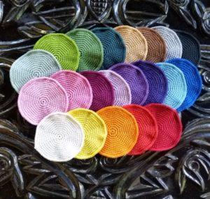 Billed af hæklet bordskåner i forskellige farver