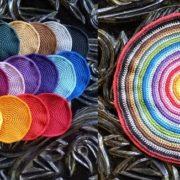 Billed af hækle bordskaaner og daekkeserviet i 28 forskellige farver