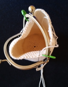 dametaske billed 8 taskebøjlen syes fast i huller og masker hele vejen rundt