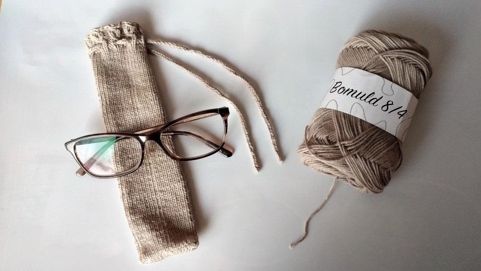 Brilleetui strikkeopskrift med kant af falske flettede snoninger billed af etuiet
