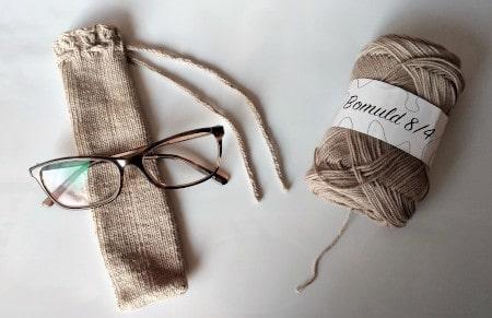 Billed af et brilleetui med falske flettede snoninger